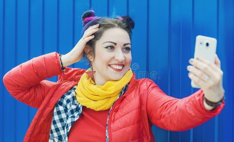 Façonnez la femme de hippie avec les cheveux colorés prenant le selfie image stock