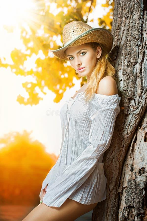 Façonnez la femme de portrait avec le chapeau et la chemise blanche pendant le jour d'automne image libre de droits