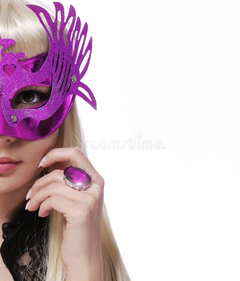 Façonnez la fille avec le masque de carnaval et l'anneau pourpre au-dessus du fond blanc. Halloween image stock
