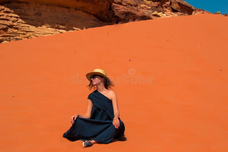 Façonnez la fille dans le chapeau élégant, les lunettes de soleil et la longue robe appréciant la solitude Inspiration, santé men photo libre de droits