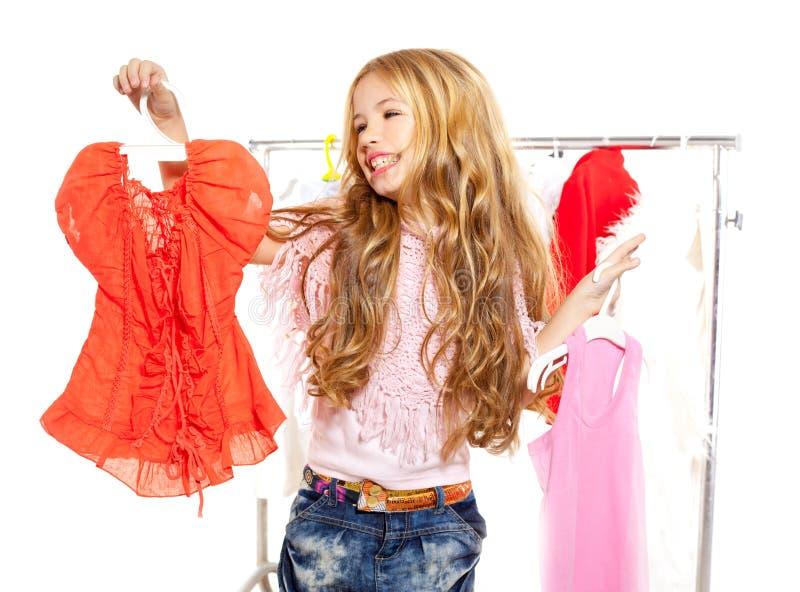 Façonnez la fille de gosse de victime à la garde-robe des coulisses image stock