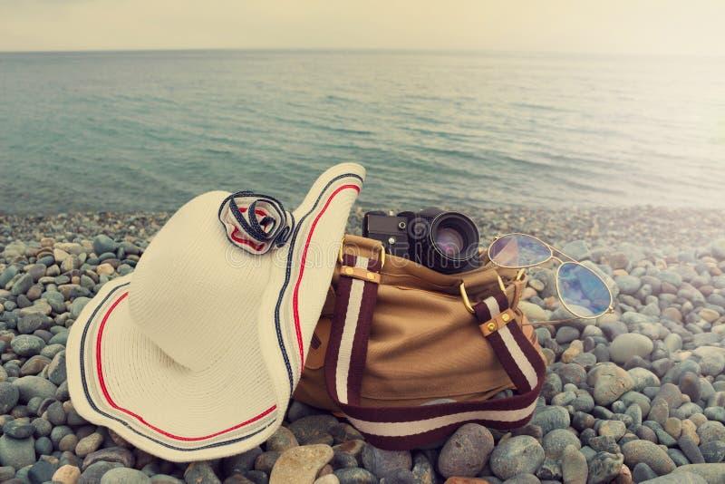 Façonnez la photo à la mode du chapeau, du rétro appareil-photo, des verres de soleil et du sac o photographie stock libre de droits