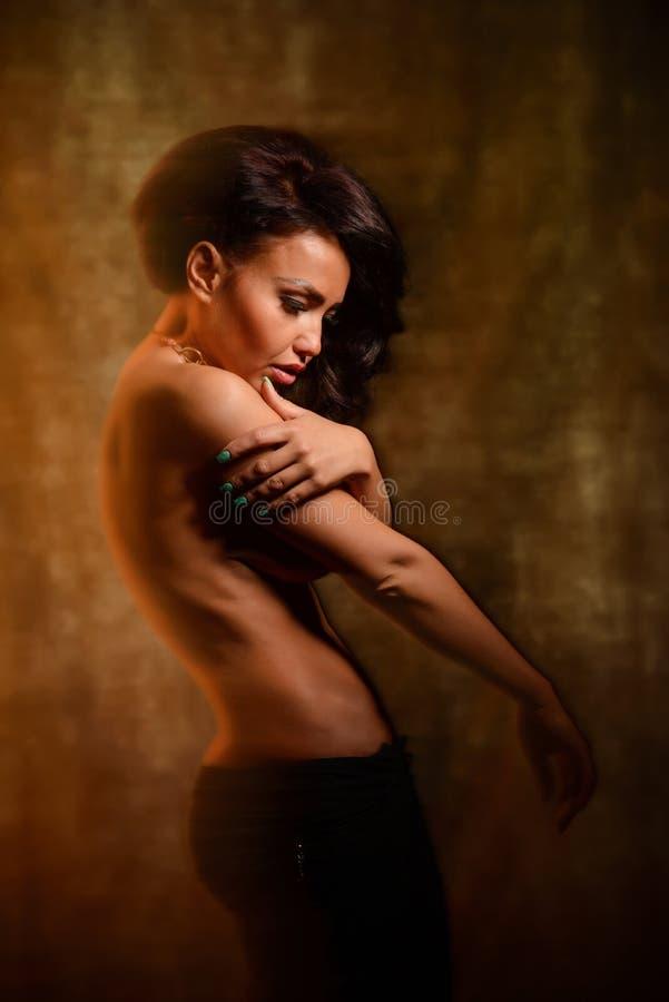 Façonnez la photo d'art d'une belle fille dans la lumière mélangée photographie stock libre de droits