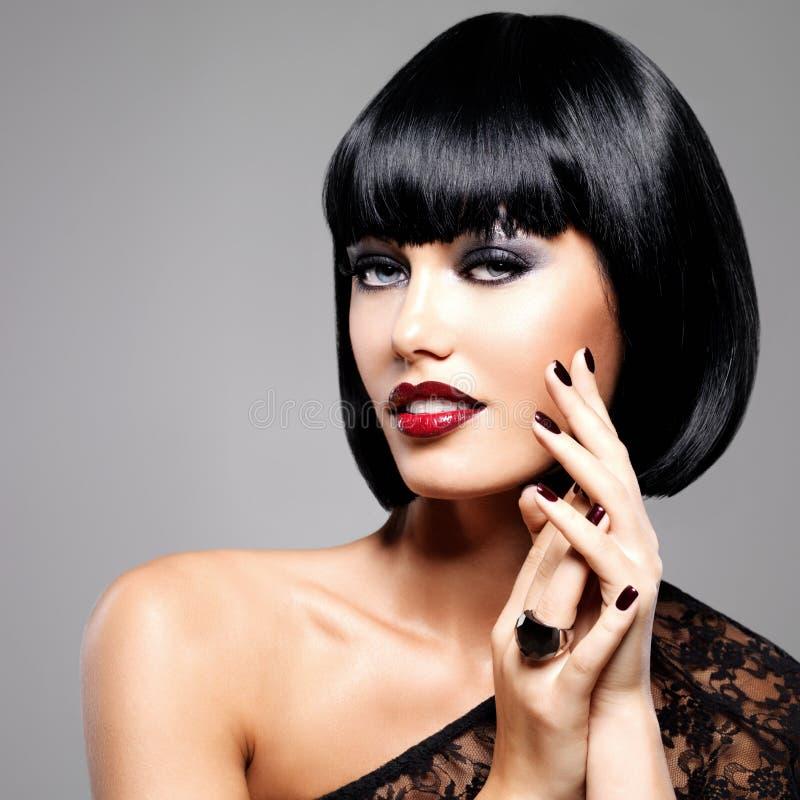 Façonnez la photo d'une belle femme de brune avec la coiffure de tir photos libres de droits