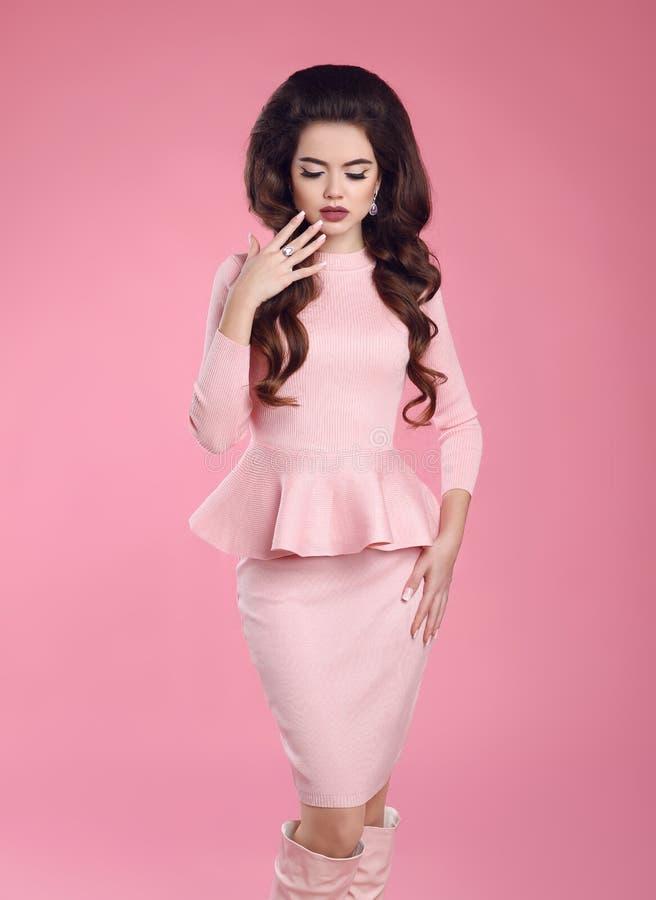 Façonnez la photo de la belle jeune femme sexy dans la pose rose de robe photographie stock