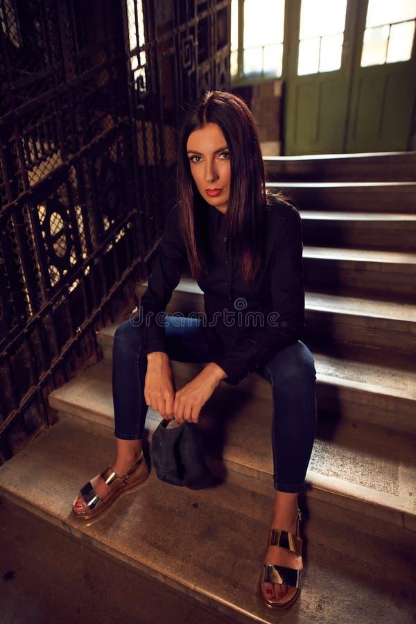 Façonnez la photo de la femme à la mode dans la chemise noire photographie stock