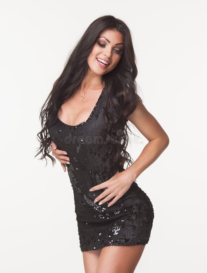 Façonnez la photo de la belle femme de brune dans la salopette noire d'été Centre commercial Concept de ventes et d'escomptes photographie stock libre de droits
