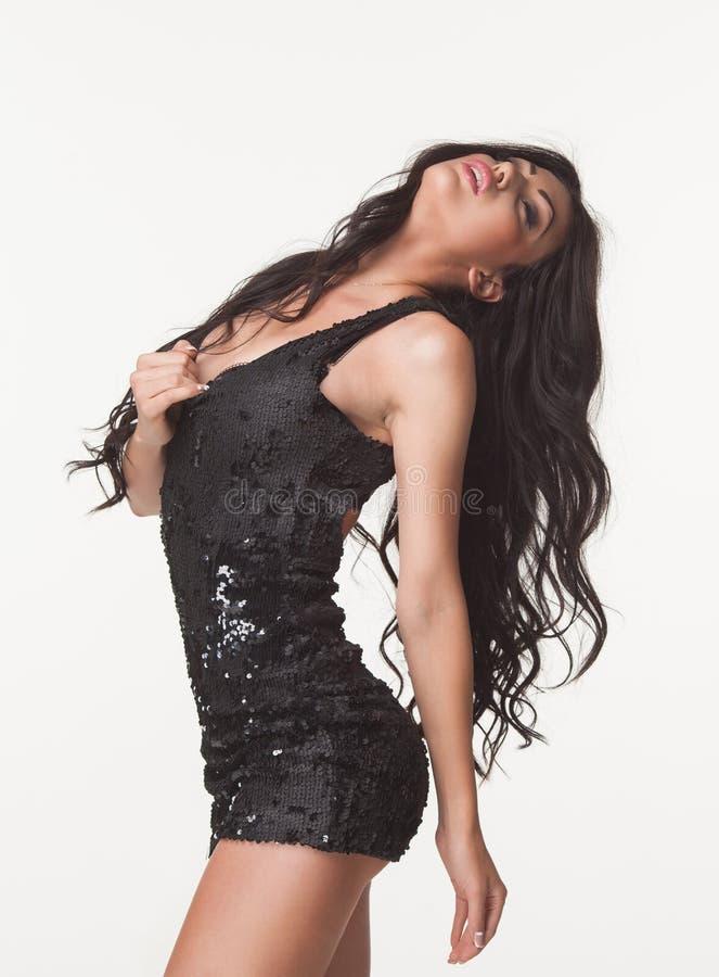 Façonnez la photo de la belle femme de brune dans la salopette noire d'été Centre commercial Concept de ventes et d'escomptes photos stock