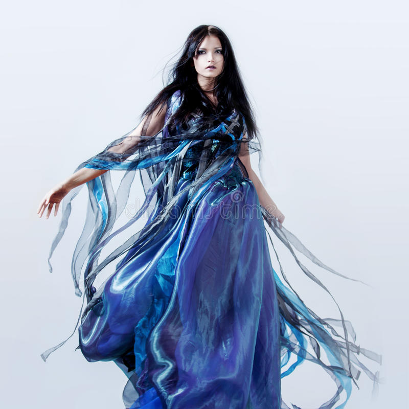 Façonnez la photo de la jeune femme magnifique dans le bleu photographie stock libre de droits