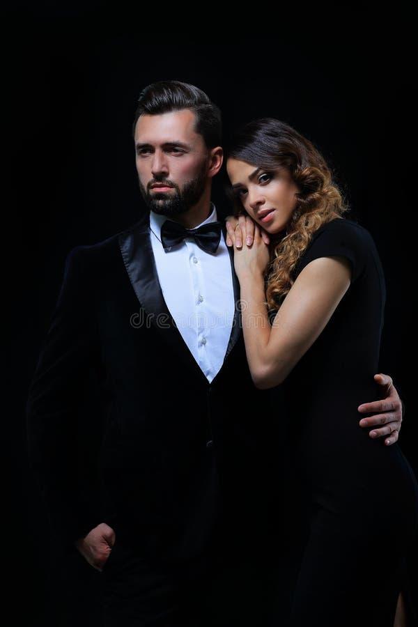 Façonnez la photo de studio de beaux couples dans des vêtements élégants images stock