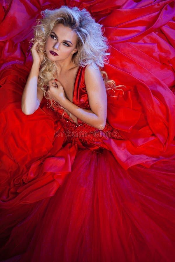 Façonnez la photo du jeune femme magnifique dans la robe rouge Portrait de studio photo stock