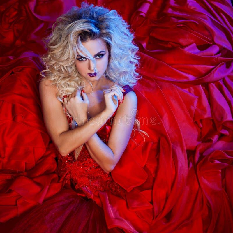 Façonnez la photo du jeune femme magnifique dans la robe rouge Portrait de studio images libres de droits