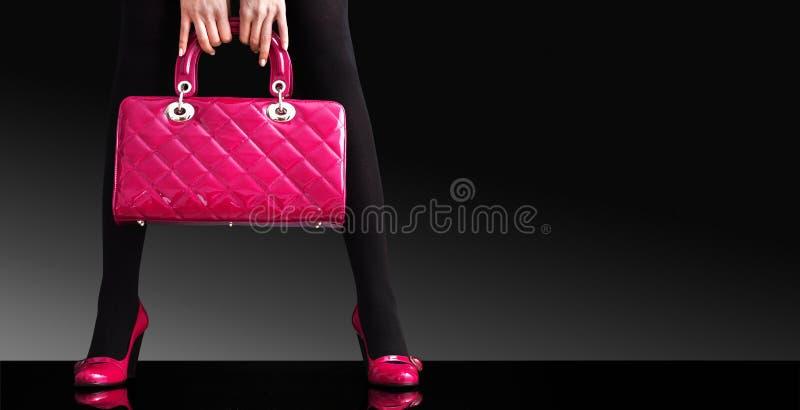 Façonnez la photo, pattes sexy de femme avec le sac à main image libre de droits