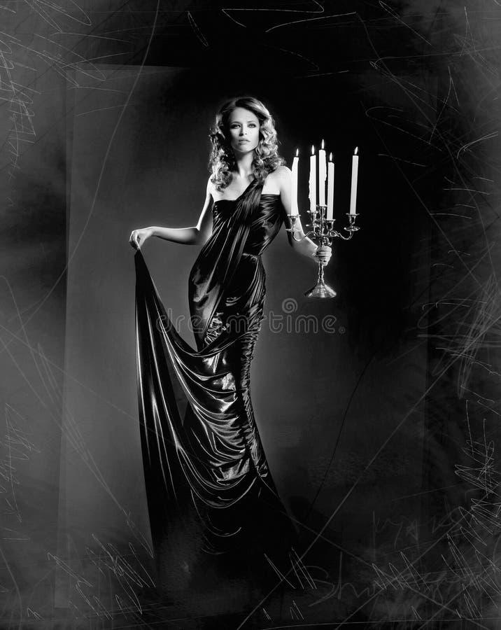 Façonnez la pousse d'une belle femme dans une longue robe image stock