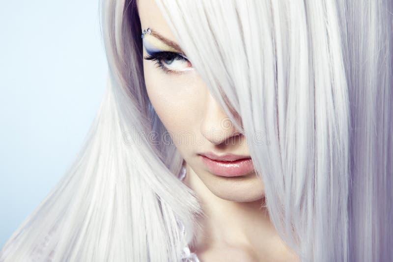 Façonnez la verticale d'un jeune beau femme blond images stock