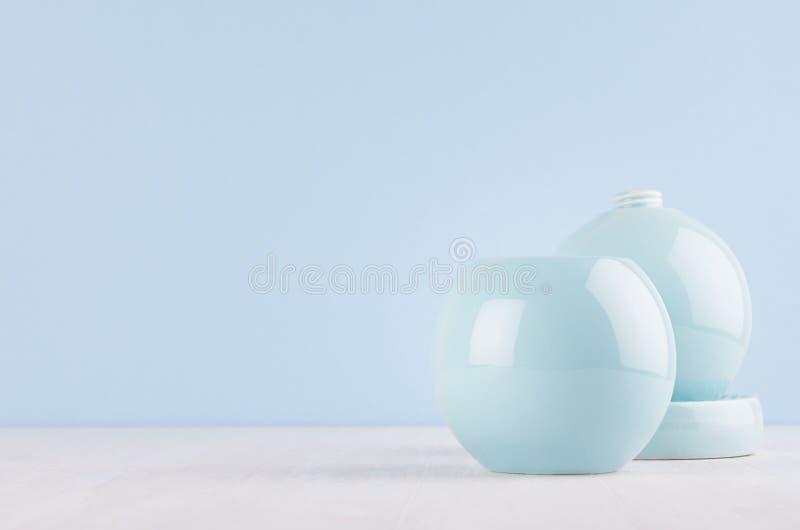 Façonnez le décor à la maison dans le style élégant moderne - vases en céramique bleus mous légers à cercle sur le fond en bois b images libres de droits