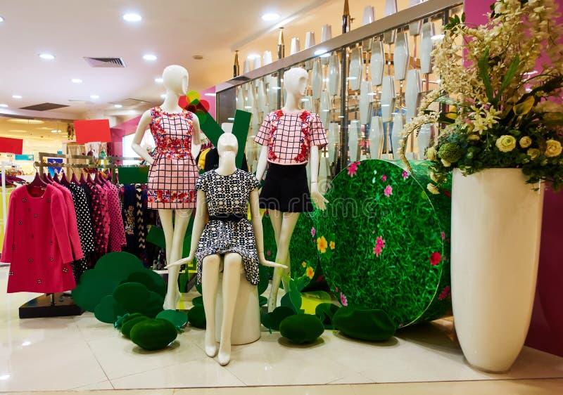 Façonnez le magasin d'habillement de boutique, intérieur de boutique de vêtements de femmes images stock