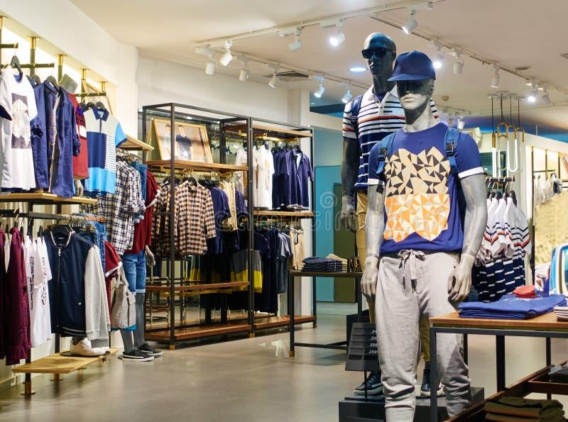 Façonnez le magasin, intérieur de magasin d'habillement d'hommes, boutique de vêtements photos stock