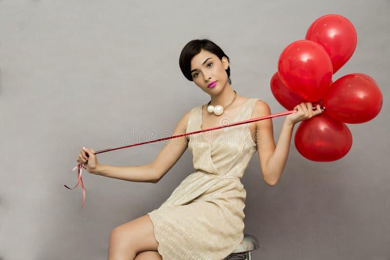 Façonnez le modèle de fille posant sur le fond blanc dans le studio photos libres de droits