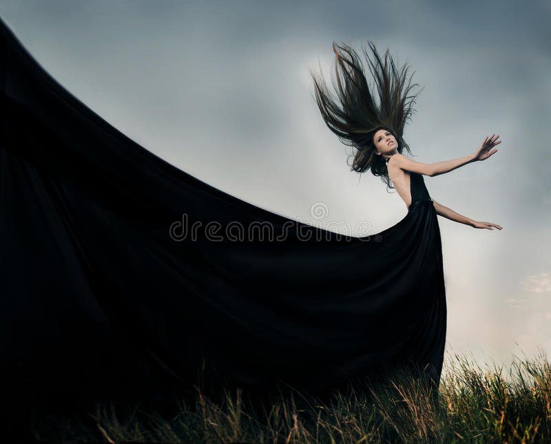 Façonnez le modèle femelle avec de longs cheveux de soufflement extérieurs photos libres de droits