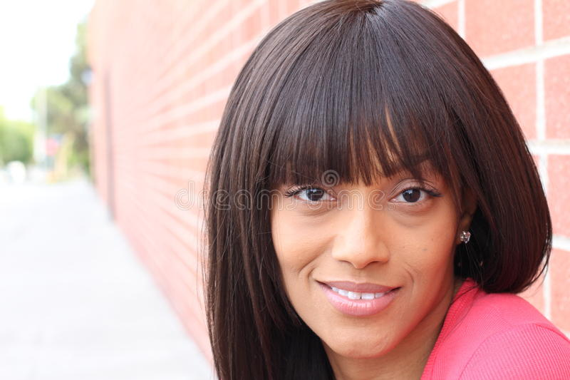 Façonnez le portrait d'un jeune beau sourire de brune photos libres de droits