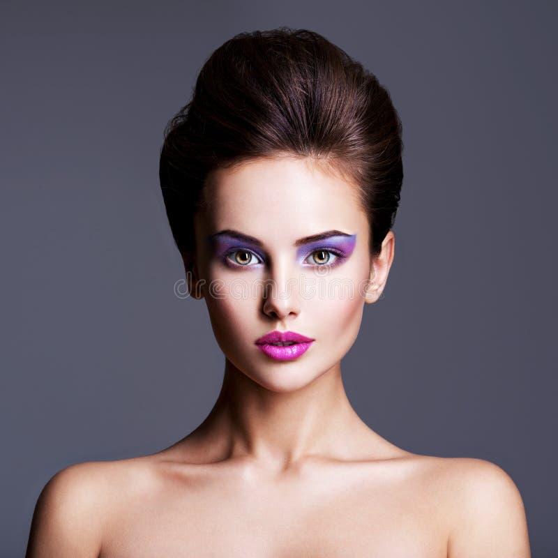 Façonnez le portrait d'une belle fille avec la coiffure créative photographie stock libre de droits