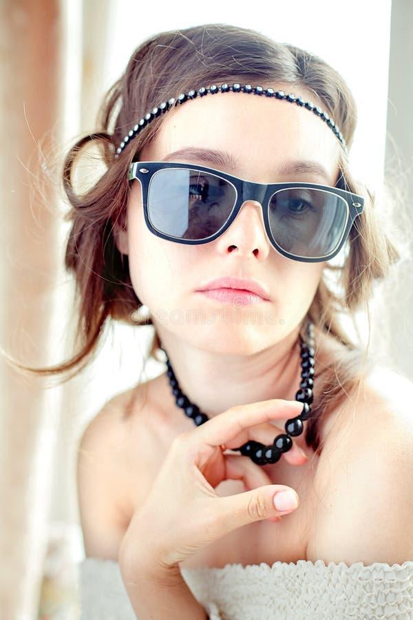 Façonnez le portrait d'une belle jeune des sunglas de port femme sexy images libres de droits