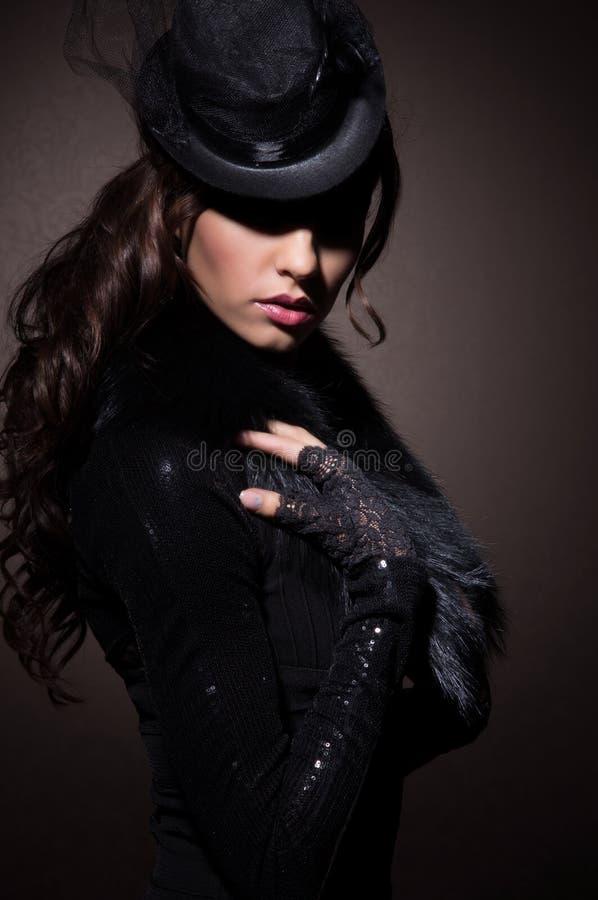 Façonnez le portrait d'une femme de brune dans des vêtements noirs photos stock