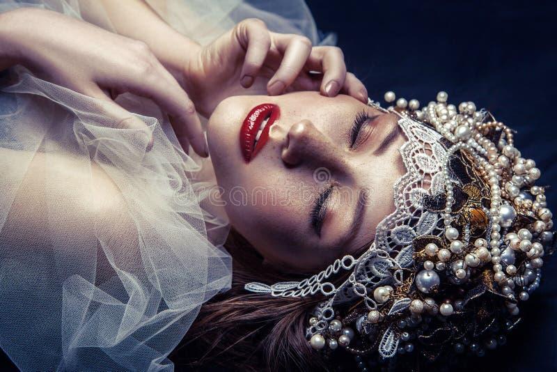 Façonnez le portrait de beauté de la jeune belle jeune femme avec le maquillage et des taches de rousseur sur son visage photos libres de droits