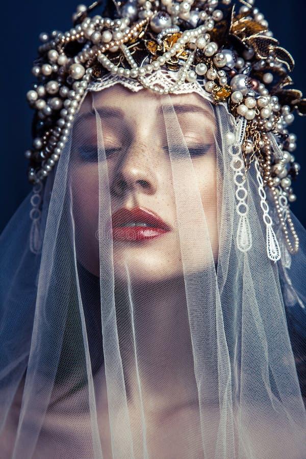 Façonnez le portrait de beauté de la jeune belle jeune femme avec le maquillage et des taches de rousseur sur son visage photographie stock libre de droits