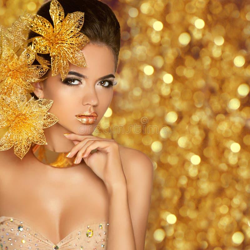 Façonnez le portrait de fille de beauté d'isolement sur le glitte d'or de Noël images stock