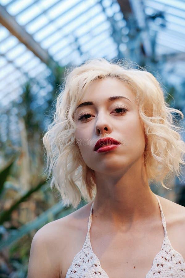 Façonnez le portrait de la belle femme blonde dans la forêt tropicale images stock