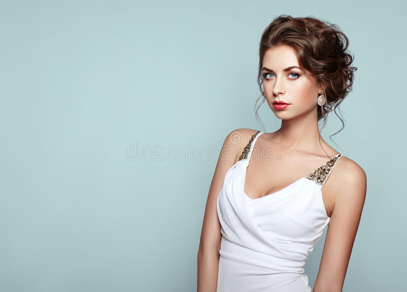 Façonnez le portrait de la belle femme dans la robe élégante photos libres de droits