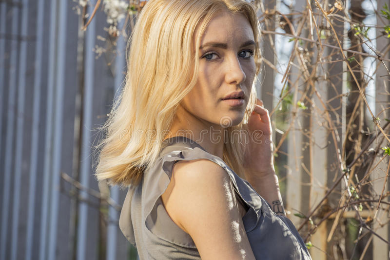 Façonnez le portrait de la femme blonde élégante dans l'équipement occasionnel de ressort photo libre de droits