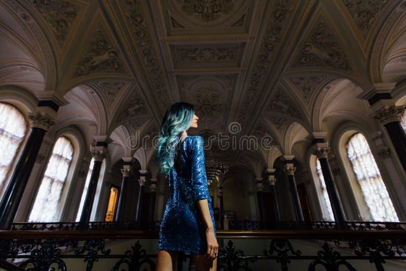 Façonnez le portrait de la fille magnifique avec les cheveux teints par bleu longtemps La belle robe de cocktail de soirée photographie stock libre de droits