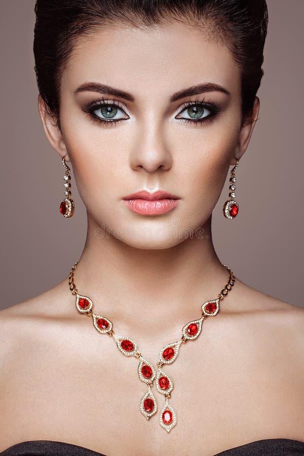 Façonnez le portrait de la jeune belle femme avec des bijoux photographie stock libre de droits
