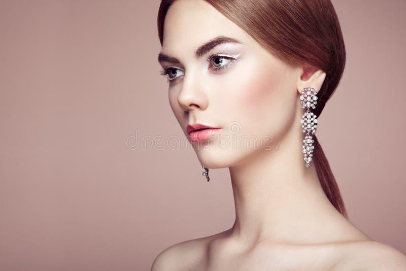 Façonnez le portrait de la jeune belle femme avec des bijoux image libre de droits