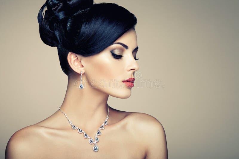 Façonnez le portrait de la jeune belle femme avec des bijoux photos libres de droits