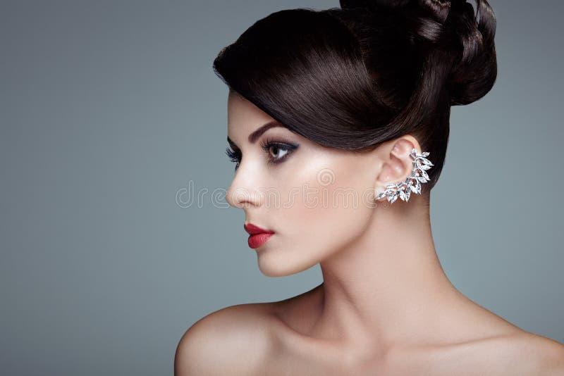 Façonnez le portrait de la jeune belle femme avec la coiffure élégante images stock