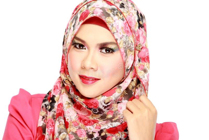 Façonnez le portrait de la jeune belle femme musulmane avec l'écharpe rouge photographie stock