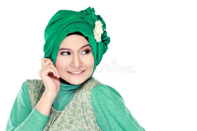 Façonnez le portrait de la jeune belle femme musulmane heureuse avec le gree images libres de droits