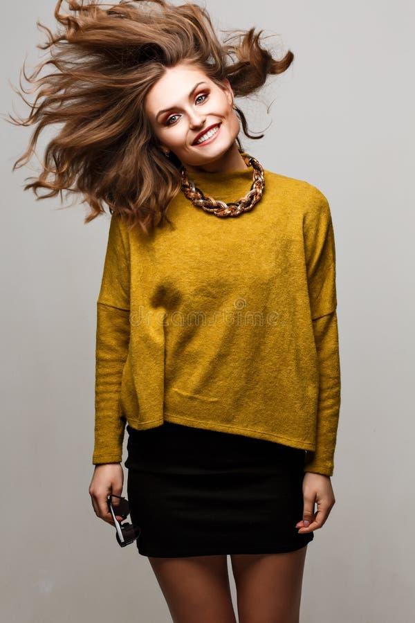 Façonnez le portrait de mode de vie de la jeune jolie femme heureuse riant et ayant l'amusement sur le studio musique préférée de image stock