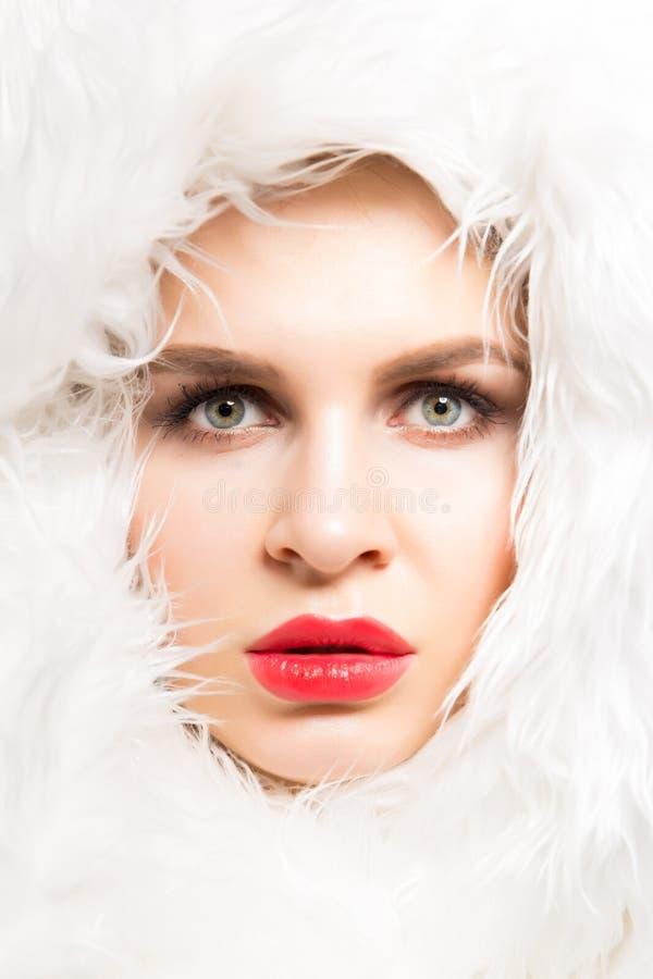 Façonnez le portrait de studio d'une belle femme blanche en plan rapproché blanc de fourrure Beauté d'hiver dans le luxe Femme de photo stock