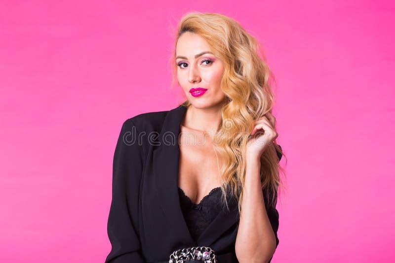 Façonnez le portrait de studio de la belle femme sensuelle avec les cheveux blonds avec le maquillage de soirée photo stock