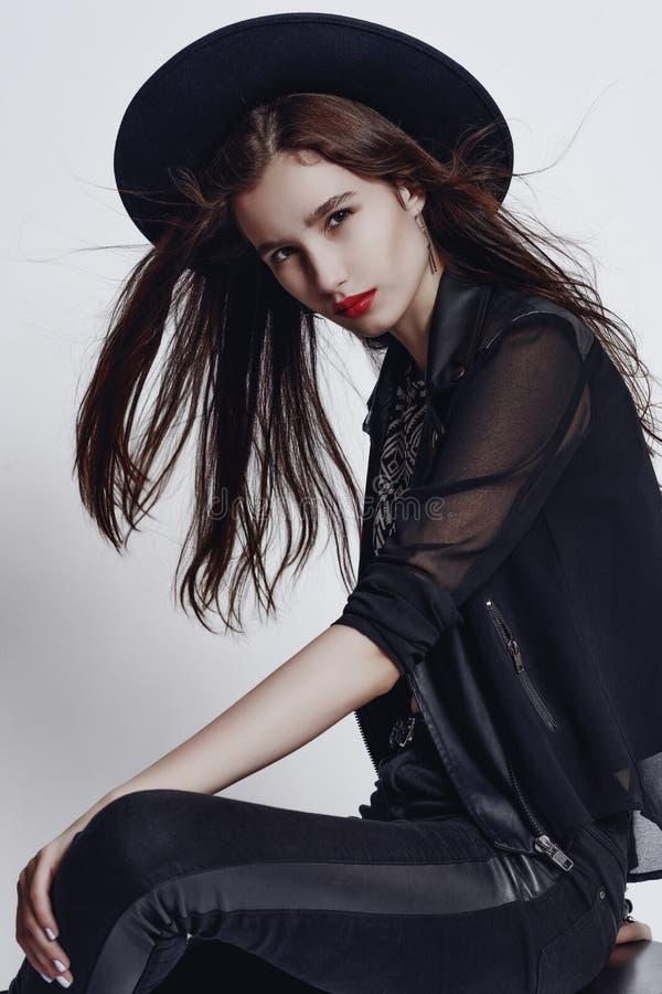 Façonnez le portrait de style de mode de la fille assez élégante de jeunes photographie stock libre de droits