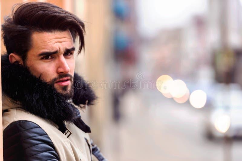 Façonnez le portrait du jeune homme beau sur le fond rustique en bois photo libre de droits