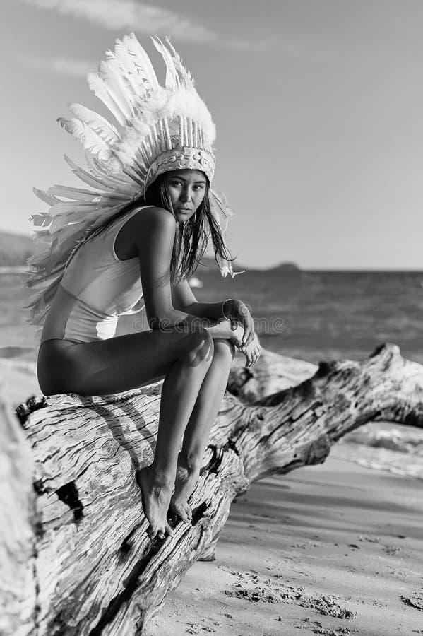 Façonnez le portrait du modèle femelle asiatique dans Federschmuck photos stock