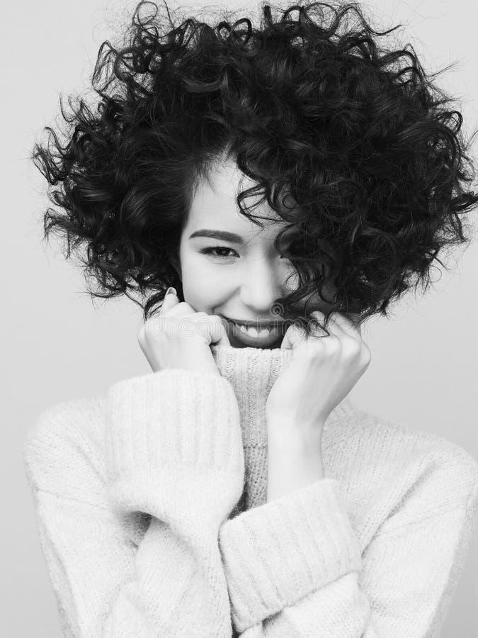 Façonnez le portrait noir et blanc de la belle femme asiatique dans le whi photos stock