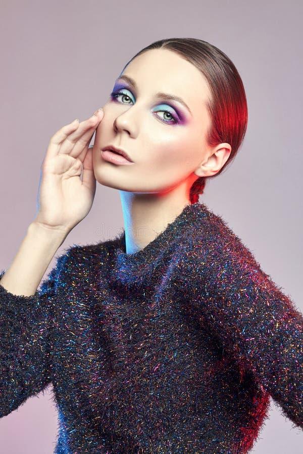 Façonnez le portrait roux d'art d'une femme dans le chemisier brillant avec un maquillage contrastant lumineux Photo créative de  photographie stock libre de droits