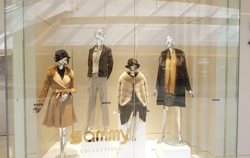 Façonnez le viseur de boutique avec des mannequins, la fenêtre de vente de magasin, avant de fenêtre de boutique photographie stock libre de droits
